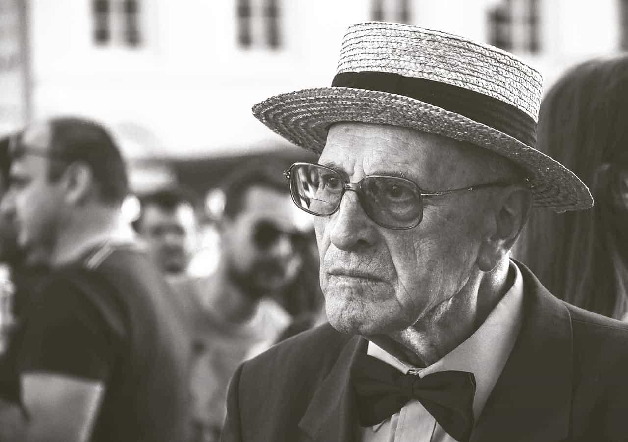 בן אדם מבוגר משקפיים