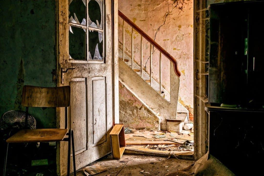 בית פרוץ עם דלת שבורה