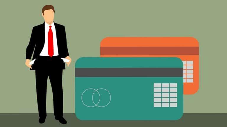 אילוסטרציה של כרטיסי אשראי וגבר עומד